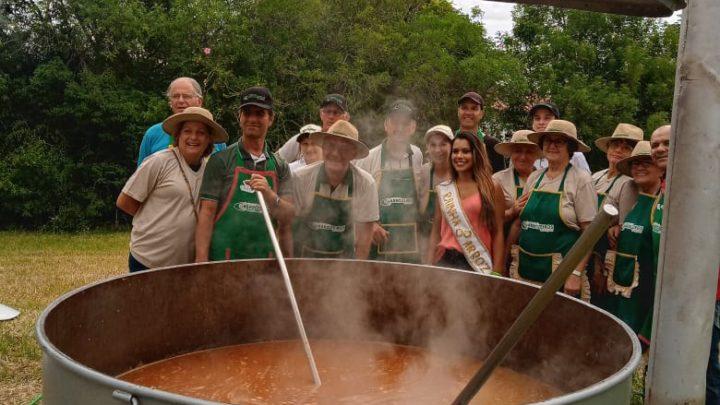 Equipe da Panela Campeira da Associação dos Arrozeiros de Alegrete prepara carreteiro para mais de 1000 pessoas na 30ª Abertura Oficial da Colheita do Arroz
